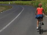 Al adelantar al ciclista que aparece en la fotografía, ¿es obligatorio invadir el carril de sentido contrario de la calzada? 1
