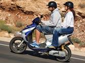 ¿Dónde se colocará un ciclomotor para girar a la izquierda en una vía interurbana? 1