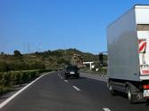 Después de adelantar al camión, ¿debe regresar inmediatamente al carril de la derecha si pretende seguir adelantando? 1