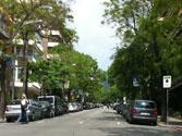 En esta calle no hay señal de limitación de velocidad. ¿A qué velocidad máxima se puede circular? 1