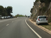 El vehículo que se observa en la parte derecha de la fotografía, ¿está correctamente estacionado? 1