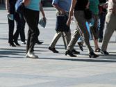 Entre las conductas de riesgo más comunes que cometen los peatones está... 1