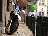 Con carácter general, ¿está permitido estacionar una motocicleta en la acera? 1