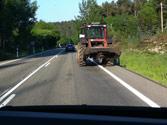 El tractor agrícola de la fotografía, de MMA inferior a 3500 kg., ¿circula correctamente? 1