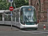 En una intersección sin señalizar, ¿está obligado un turismo a ceder el paso a un tranvía? 1