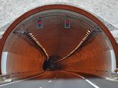 Si a la entrada de un túnel hay un semáforo en rojo, ¿qué debe hacer? 1