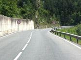 Esta carretera tiene más de 6 m de ancho. ¿Es correcto circular por encima de las líneas que separan los carriles? 1