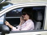 Utilizar el teléfono móvil mientras conduce hace que el riesgo de accidente sea... 1