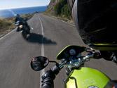 ¿Qué separación lateral están obligadas a dejar las motocicletas al cruzarse con otros vehículos que circulen en sentido contrario? 1