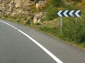 En las curvas el vehículo tiende a salirse de la calzada (por la fuerza centrífuga). ¿Cómo se puede evitar? 1