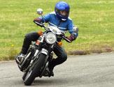 Es conveniente que el traje del conductor o pasajero de una motocicleta sea... 1