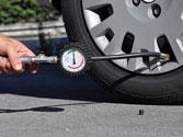 La presión de los neumáticos deberá comprobarse con los neumáticos: 1