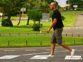 Un peatón pretende cruzar por un paso de peatones debidamente señalizado, ¿cuándo debe penetrar en la calzada? 1