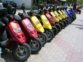 Los conductores de ciclomotores, ¿están obligados a llevar casco de protección por vías urbanas? 1