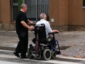 ¿Está permitido que una persona en silla de ruedas se desplace por el arcén? 1