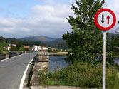 A la vista de la señal, ¿es obligatorio detenerse para dejar pasar a un vehículo que circula en sentido contrario? 1