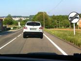 Después de la señal vertical, ¿está permitido adelantar al vehículo blanco? 1