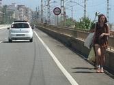 Un peatón circula por su izquierda en una vía interurbana. ¿Circula correctamente? 1