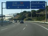 En una autopista de tres carriles, el carril derecho está libre, ¿por qué carril debe circular? 1