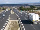 En una autopista, ¿está permitido utilizar los pasos que hay en la mediana para hacer un cambio de sentido de la marcha? 1