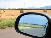 Para comprobar que no hay ningún vehículo en el ángulo muerto de su retrovisor, ¿qué debe hacer? 1