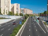 En esta autopista dentro de poblado, ¿a qué velocidad puede circular como máximo si no existe señalización? 1