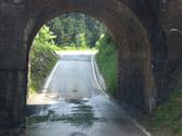 En un tramo de la vía muy estrecho sin señalizar en el que sea imposible el paso simultáneo de dos vehículos, tendrá preferencia... 1