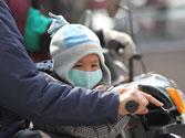 Transportar un niño situado entre el manillar y el conductor en una motocicleta, ¿está permitido? 1