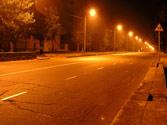 Un vehículo de motor que circula de noche por una travesía suficientemente iluminada... 1