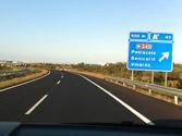Si debido a una avería circula por una autopista a velocidad anormalmente reducida perturbando la circulación, ¿qué debe hacer? 1
