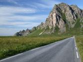 En una carretera convencional, ¿a qué velocidad puede adelantar un turismo a un vehículo que circula a 90 km/h? 1