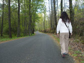 Un peatón, ¿tiene permitido circular por la derecha en una vía fuera de poblado? 1