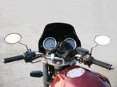 Generalmente, en las motocicletas, la maneta del freno delantero se acciona con... 1