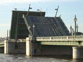 Al aproximarse a un puente móvil, ¿qué están obligados a hacer los conductores? 1