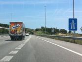 En una autopista, ¿se puede circular por el carril de aceleración a mayor velocidad que los vehículos que circulan por el carril normal? 1