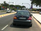 El vehículo negro al que pretende adelantar señaliza su propósito de desplazarse para adelantar, ¿puede adelantarle? 1