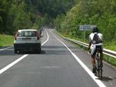 ¿Es correcto el adelantamiento que efectúa el turismo a la bicicleta? 1