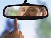 Mirarse en el espejo retrovisor mientras se conduce, ¿puede aumentar el riesgo de accidente? 1