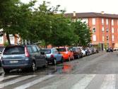 En una vía urbana de sentido único, está permitido estacionar en el lado... 1