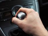 Al estacionar un vehículo provisto de caja de cambios manual en una pendiente descendente, ¿qué velocidad dejará colocada? 1