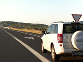 Si observa que un vehículo quiere incorporarse por el carril de aceleración, ¿qué debe hacer? 1
