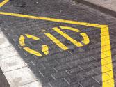 En una zona señalizada para carga y descarga, ¿está permitido estacionar? 1