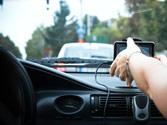 ¿Cómo debe colocar el navegador GPS portátil en el vehículo? 1