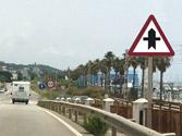En esta intersección y según la señalización, ¿a qué vehículos debe ceder el paso? 1