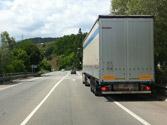 ¿Qué debe hacer el conductor de un vehículo de grandes dimensiones para facilitar ser adelantado? 1