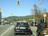 Un semáforo cambia de rojo a verde. ¿Está permitido emplear el claxon para advertir a otro conductor que ya se puede pasar? 1