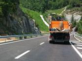 En el caso de que el camión no pueda ceñirse al borde derecho de la calzada, ¿cómo indicará su conductor que puede ser adelantado con seguridad? 1