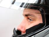 Los conductores de motocicletas, ¿pueden conducir utilizando cascos o auriculares conectados a un teléfono móvil? 1