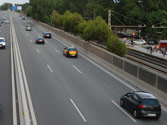 En esta autopista, ¿por qué carril debe circular? 1