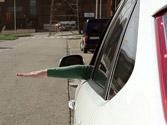 ¿Qué está indicando este conductor con el brazo? 3